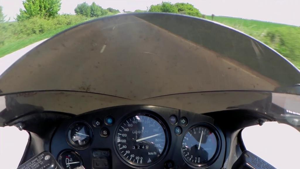 A CBR1100XX SuperBlackbird deitando o cabelo a quase 300km/h