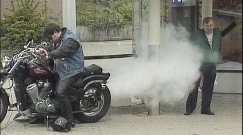 moto soltando fumaça